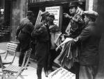 """SA-M""""nner beim Kleben von Boykott-Plakaten vor einem jdischen Gesch""""ft in Mnchen"""